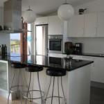 Barstole i køkkenet